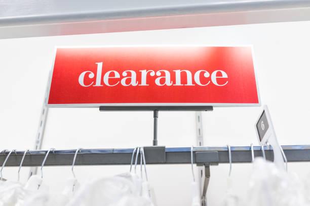 viele brautkleider oder kleider in boutique-discounter, rack-weiße kleider hängen kleiderbügel zeile closeup mit großen roten abstand zeichen und größe 6, 6 - hochzeitskleid marken stock-fotos und bilder