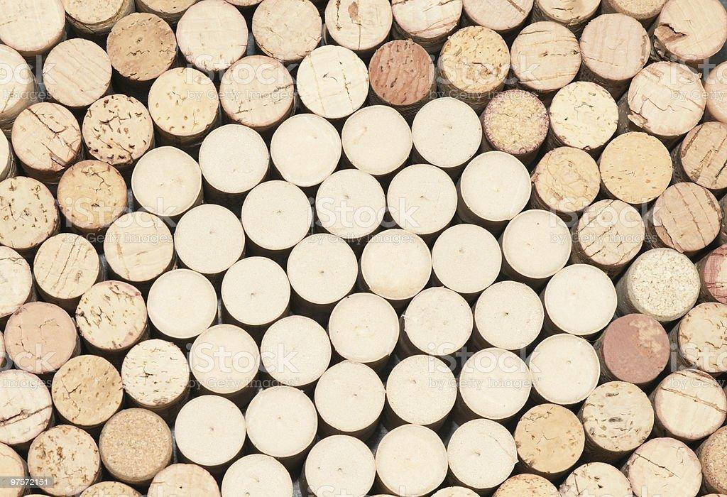 Bouchons de bouteilles de vins dressés sur la tête ensemble photo libre de droits