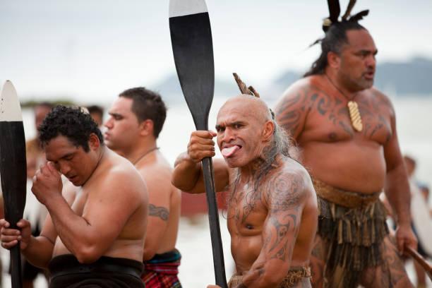 maori feiern waitangi-tag - tribal tattoos stock-fotos und bilder
