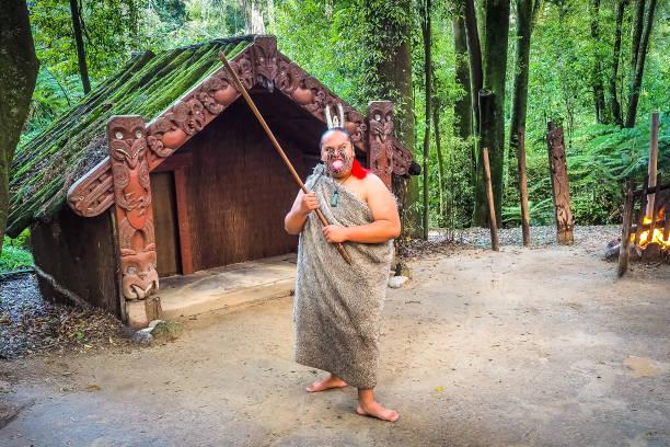 Ein Maori Krieger im Dorf. – Foto
