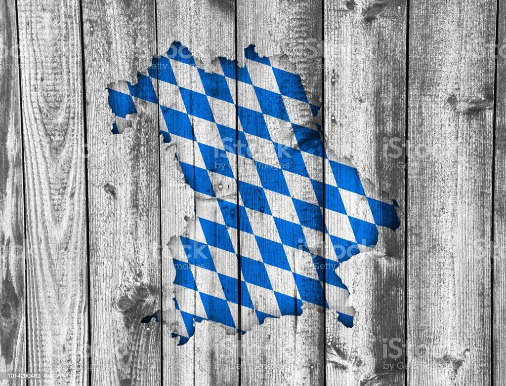Karte und Flagge von Bayern auf verwittertem Holz – Foto
