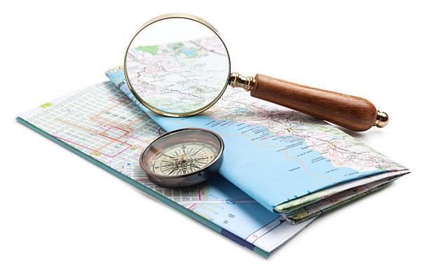 karte, kompass und lupe - kompass wanderkarte stock-fotos und bilder