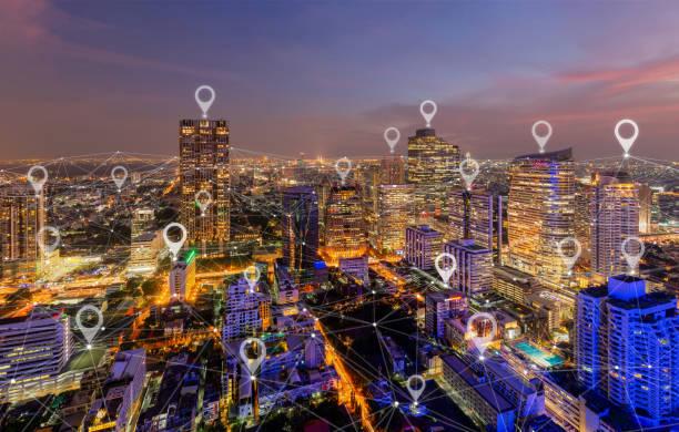 도시, 아시아의 미래 지향적 인 기술 개념에서 글로벌 비즈니스 및 네트워크 연결의 플랫 핀 지도. 태국 방콕 다운 타운에서 밤 마천루와 고층 건물. - 유명한 장소 뉴스 사진 이미지