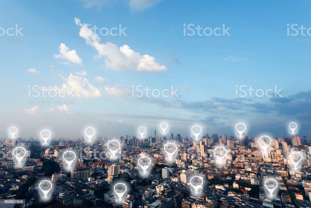 Kartnål i stadsbilden och nätverksanslutning. Anslutning koncept. bildbanksfoto