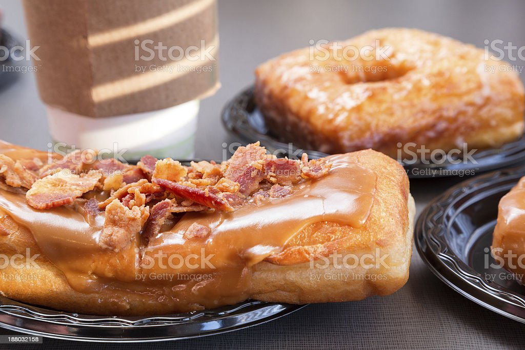 Maple Long John Donut mit Speck – Foto