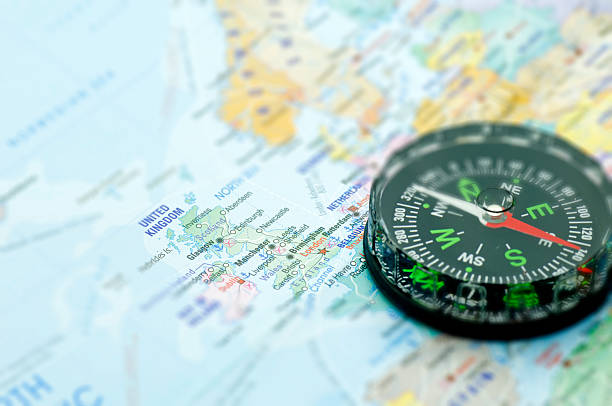 karten und kompass, london - kompass wanderkarte stock-fotos und bilder