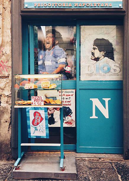 maradona è ancora popolari a napoli - maradona foto e immagini stock