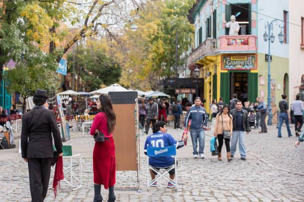라 보카에서 마라도나 lookalike 그린 하우스 부에노스 아이레스에서 - maradona 뉴스 사진 이미지