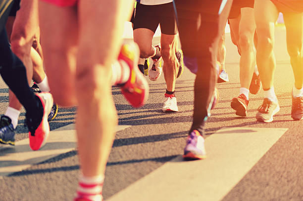 corredor de maratón de piernas - maratón fotografías e imágenes de stock