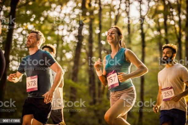 Marathonlöpare Att Ha Ett Lopp Genom Skogen-foton och fler bilder på Aktiv livsstil