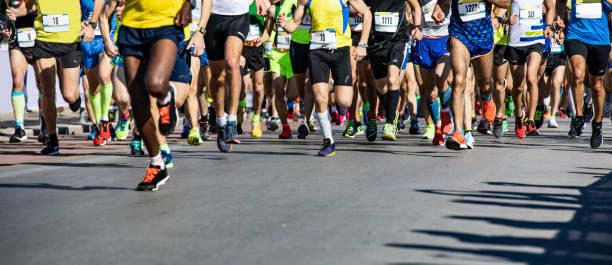 maratón corriendo - maratón fotografías e imágenes de stock