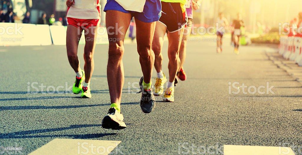 Maraton running rasy, ludzie stopy na city road – zdjęcie