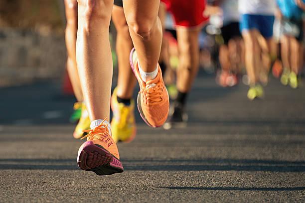 maratón de carrera de atletismo - maratón fotografías e imágenes de stock