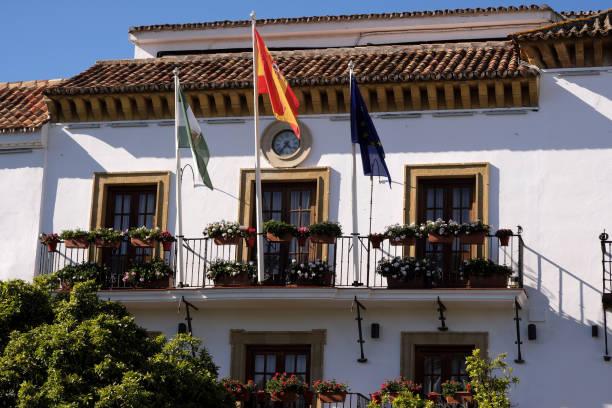 la vista frontal del antiguo ayuntamiento de marbella - andalusian flag fotografías e imágenes de stock