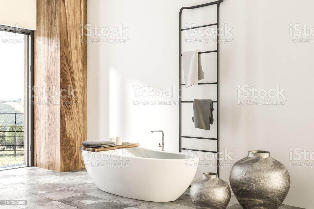 Badezimmer aus Marmor und Holz, weiße Eckwanne – Foto