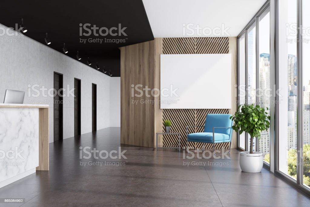 大理石および木製のエレベーター ホール、青いポスター ロイヤリティフリーストックフォト