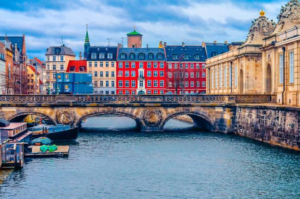 marble bridge on the frederiksholms canal. - danimarca foto e immagini stock