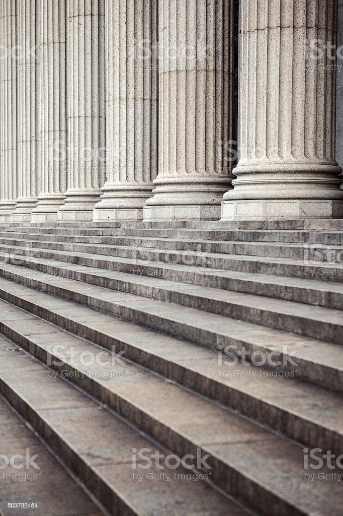 Columnas de mármol y las escaleras. - foto de stock