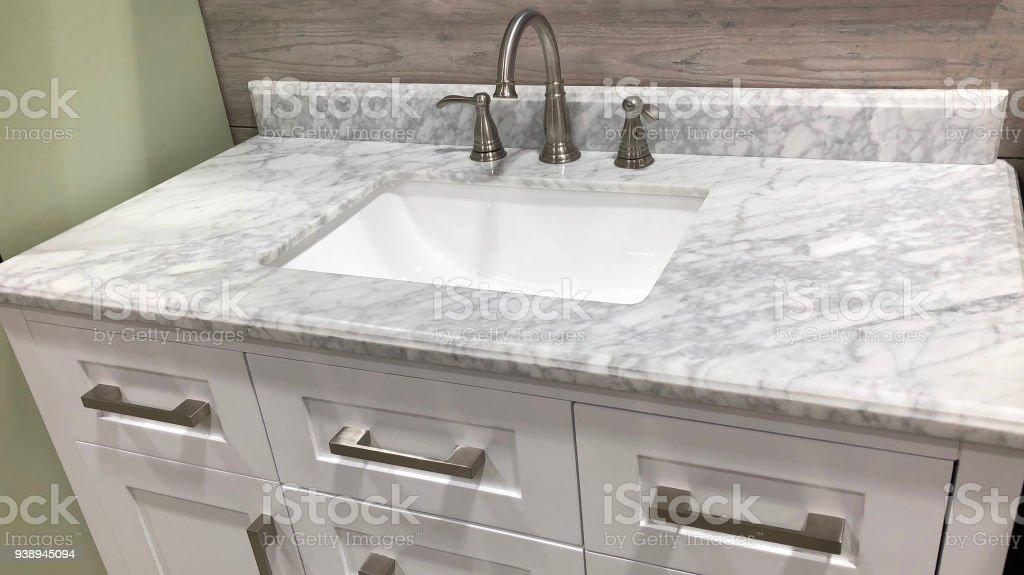 Marmeren Aanrecht Op Badkamer Witte Kast Met Witte