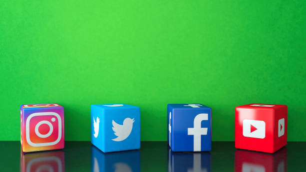 marble cubic social media services icons on black glass with green copy space - big tech foto e immagini stock