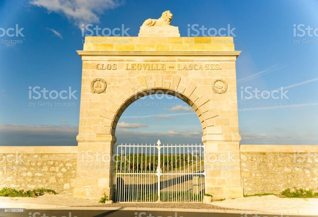 Porte de marbre - arch au vignoble dans la région du Médoc, France - Photo