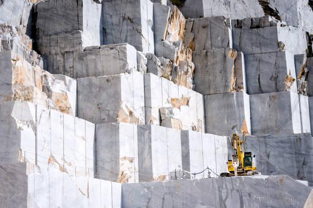 marmeren steengroeve in carrara, toscane, italië - steengroeve stockfoto's en -beelden