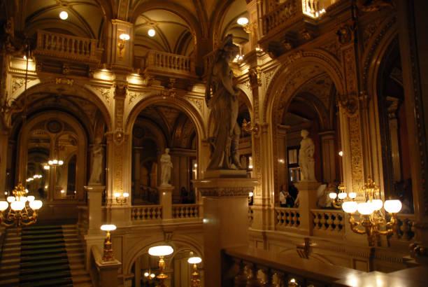 ウィーン国立歌劇場で大理石の階段 - オペラ ストックフォトと画像