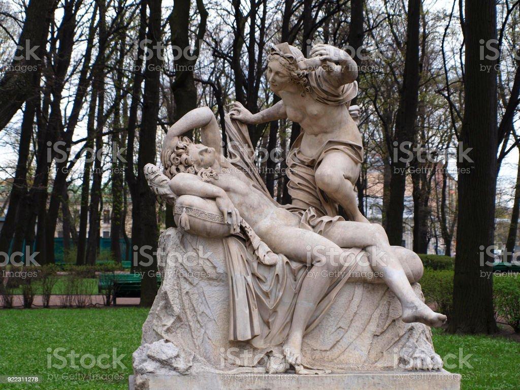 Estatua De Mármol De La Escultura Amour Y Psique En El