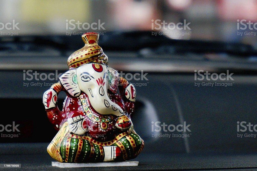 Estatua de mármol de Ganesha en el salpicadero de un vehículo foto de stock libre de derechos