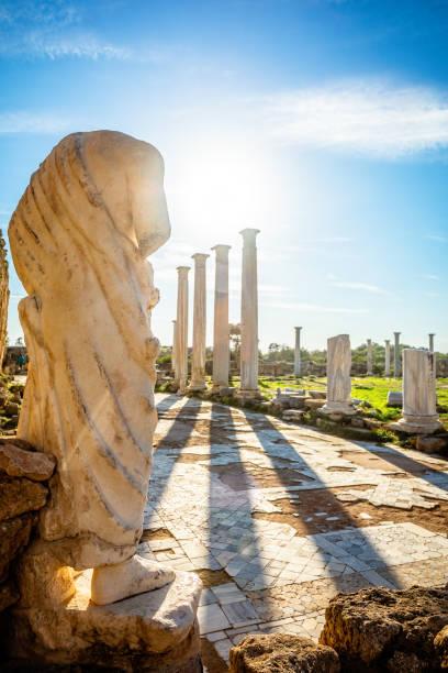 Marmorstatue unter den Sonnenstrahlen und antiken Säulen in Salamis, griechische und römische archäologische Stätte, Famagusta, Nordzypern – Foto