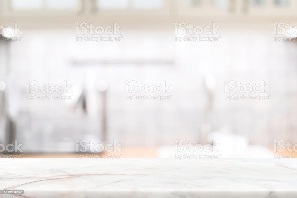 Marmor Stein-Arbeitsplatte auf Unschärfe Küche Interieur Hintergrund – Foto