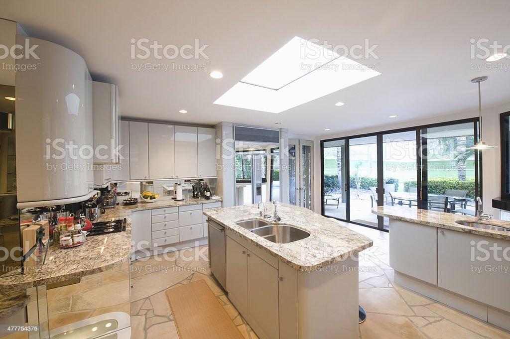 Marble topped worktop units in modern kitchen stockfoto en meer