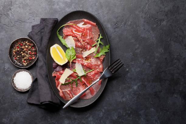 marmor-rindercarpaccio - carpaccio salat stock-fotos und bilder