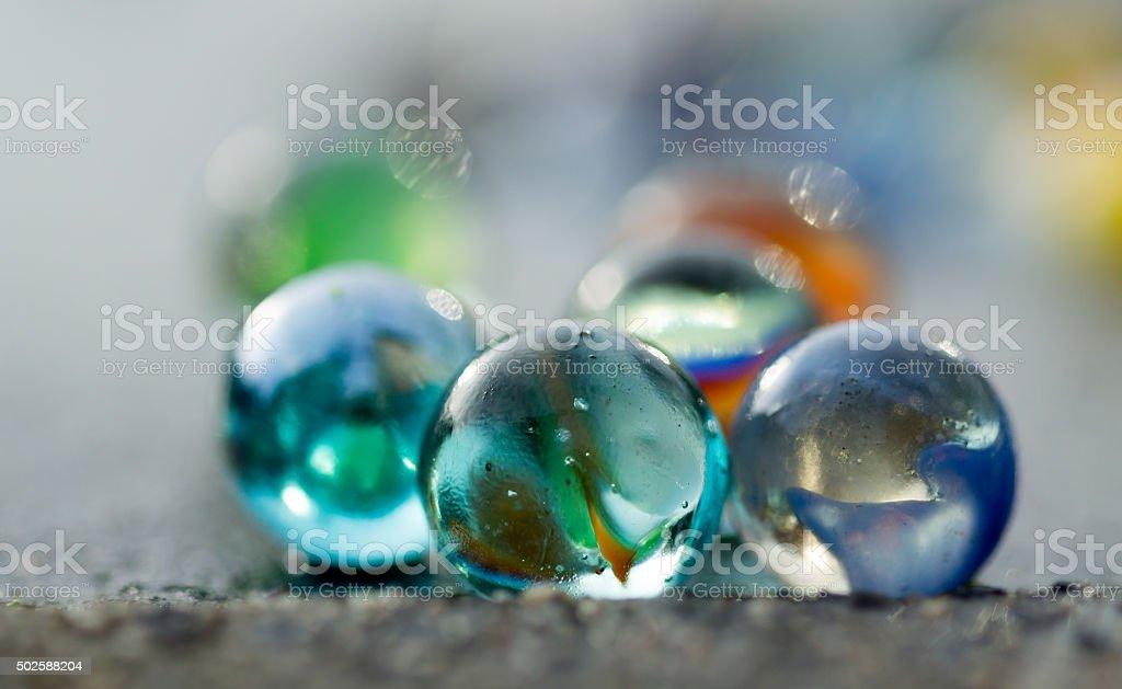 Marbles auf dem Gehweg in Nahaufnahme. – Foto