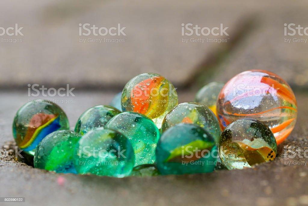 Marbles auf dem Bürgersteig stehen. – Foto