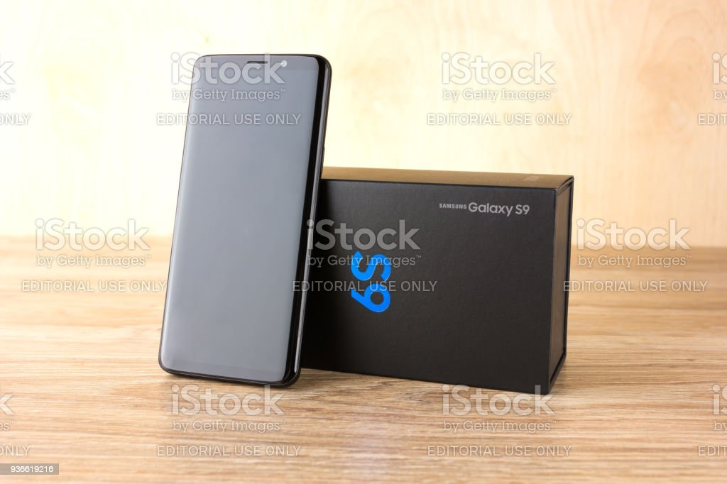 bc6d12eb1e Foto de Março De 2018 Samsung Galaxy S9 Closeup Em Cima Da Mesa Um ...