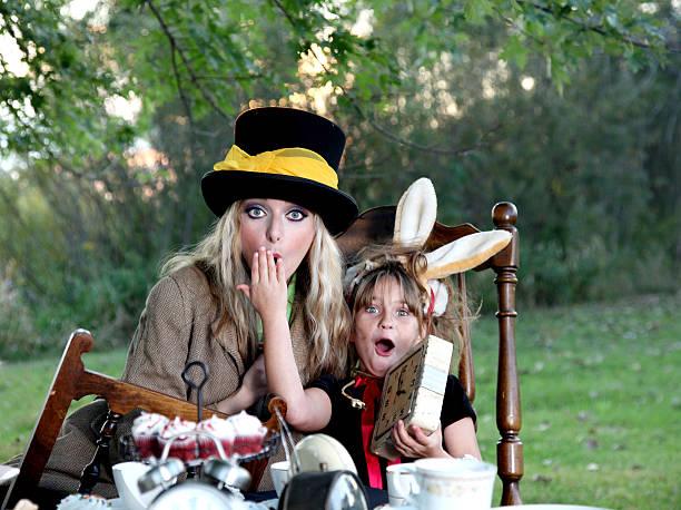 Marzo Hare y las Hatter con relojes - foto de stock