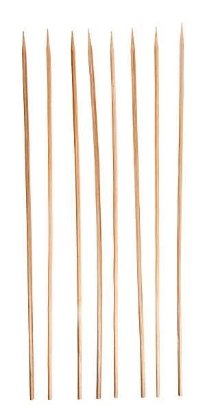 Défiler brochettes en bambou, renforcés bâtons dans une rangée, isolé en arrière-plan - Photo