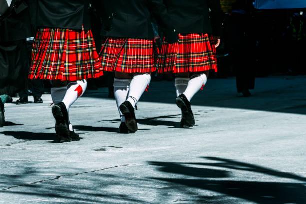 marching kilts - schottische kultur stock-fotos und bilder