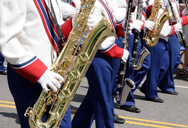 marschieren sax - altsaxophon stock-fotos und bilder
