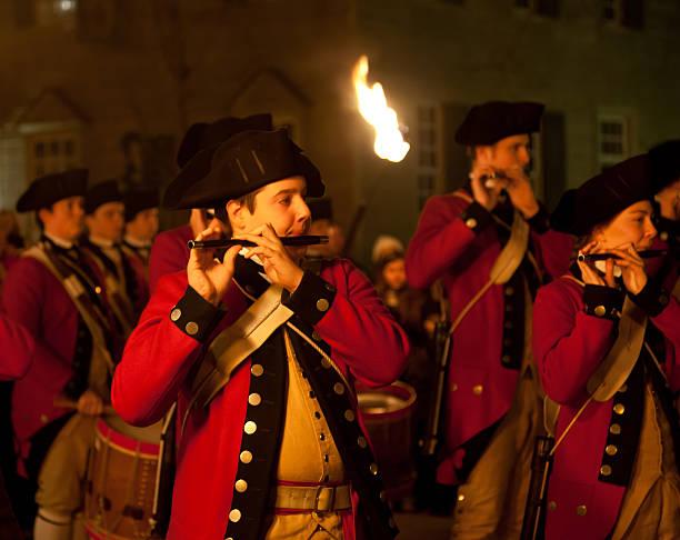 marschieren soldaten in colonial williamsburg - kolonial stock-fotos und bilder