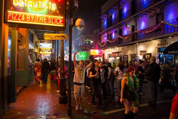 karneval atmosphäre auf der bourbon street, new orleans - neon partylebensmittel stock-fotos und bilder