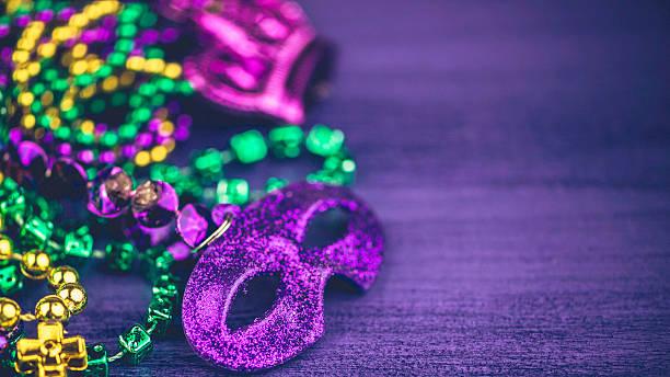 mardi gras fundo, com diversos novidade bead colares - mardi gras - fotografias e filmes do acervo