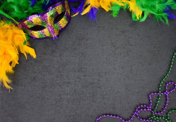 máscara do carnaval do mardi gras, boa da pena e grânulos sobre o fundo do quadro-negro - mardi gras - fotografias e filmes do acervo