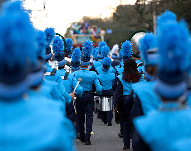 mardi gras festival marching band - geçit töreni stok fotoğraflar ve resimler