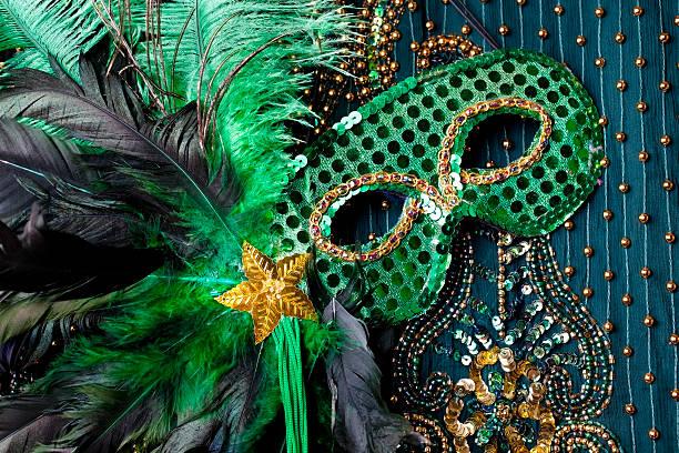 máscara de contas para o mardi gras em fundo verde. - mardi gras - fotografias e filmes do acervo