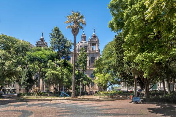 praça marechal deodoro e a catedral metropolitana de porto alegre no centro - porto alegre, rio grande do sul, brasil - rio grande do sul - fotografias e filmes do acervo