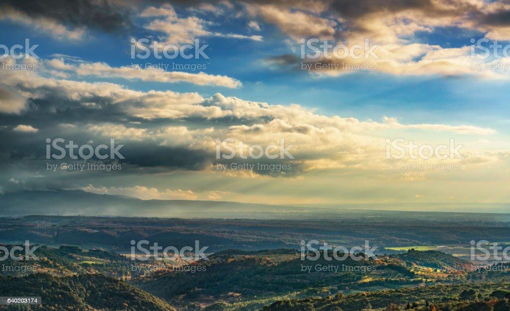 Maremma sunset panorama. Countryside, hills and sea on horizon. - foto stock