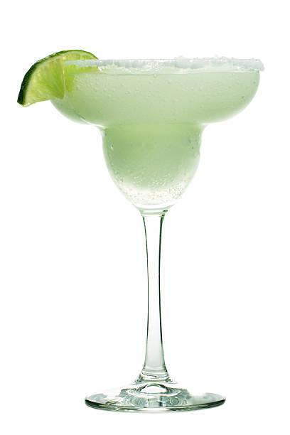 margarita bebida en copa de cóctel de alcohol helados con lima, sal - margarita fotografías e imágenes de stock