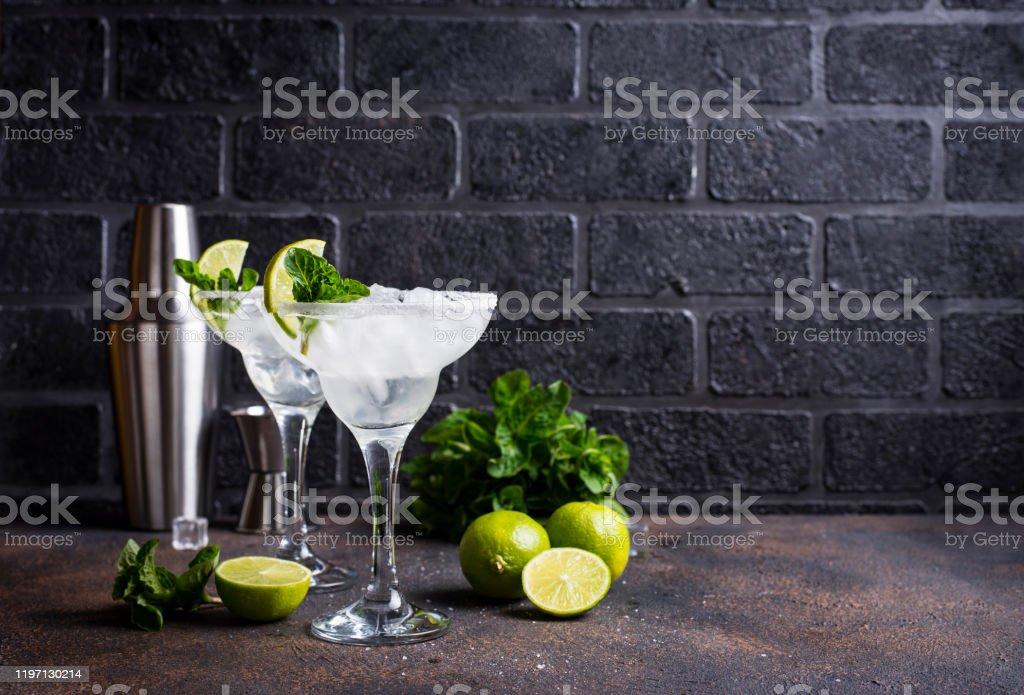 Margarita cocktail with lime and ice - Zbiór zdjęć royalty-free (Alkohol - napój)
